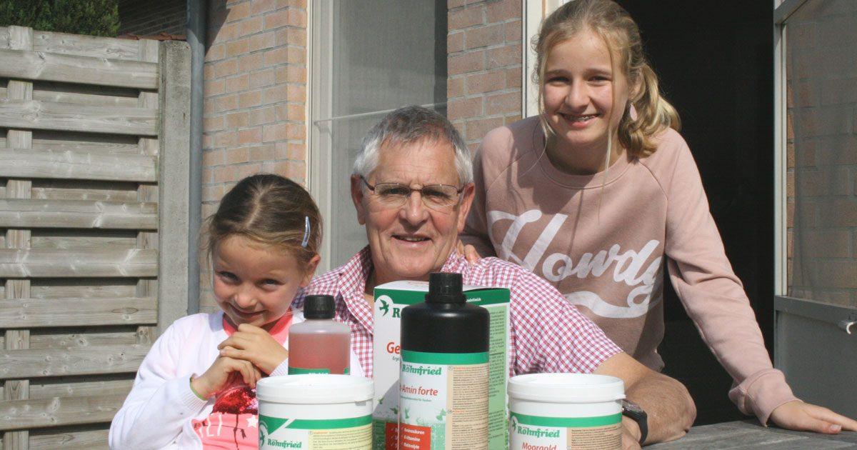 """Auch die Enkeltöchter sind schon mit dem """"Tauben-Virus"""" infiziert: Serge (Jg. 1958) erklärt Lobke (14, rechts) und Noä (9, links) die eingesetzten Röhnfried Produkte"""